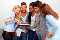 Studenten diskutieren im Flur mit Notizblock