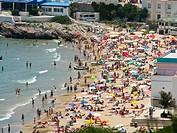 Kleiner Strand voller Menschen an der Küste von Spanien / Small beach full of people on the coast of Spain