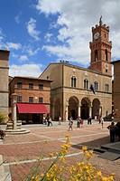 Piazza Pio II and the Palazzo Comunale, Pienza, Tuscany, Italy, Europe
