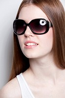 Brunette young woman wearing sunglasses
