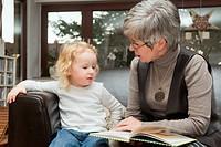 Grossmutter liest ihrer Enkelin aus einem Buch vor