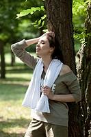 ragazza si riposa dopo l´allenamento in un parco