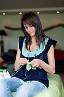 Woman knitting (thumbnail)