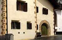 Fensterfront, Engadiner Haus, Ardez, Unterengadin, Graubünden, Schweiz / Windows of a typical Engadin house, Ardez, Lower Engadin, Grisons, Switezrlan...
