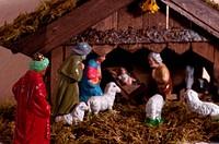 Weihnachtskrippe mit einem König, Schafen und dem Christuskind