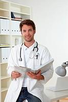 Arzt sitzt in seinem Büro