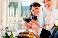 Hochzeitsgesellschaft beim Hochzeitsmahl