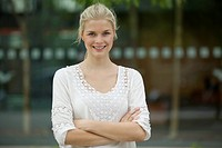 Germany, North Rhine Westphalia, Cologne, Young woman smiling, portrait (thumbnail)