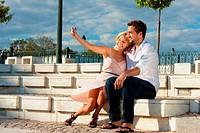 Städtetourismus _ Paar im Urlaub auf Mauer