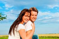 Glückliches Paar sitzt auf einer Wiese