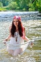 Hübsche junge Frau im Fluss