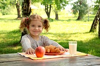 little girl with healthy breakfast