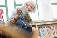 Elementary teacher reading to class (thumbnail)