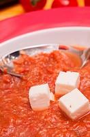 Feta_Käse und spanische Gazpacho_Suppe mit einem Löffel