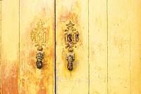 türklopfer in der form von händen an einer alten tür, doorknockers in the form of hands, moura, alentejo, portugal