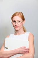Entschlossene, junge Frau im Büro