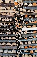 Bunte Holzscheite in Tirol, Österreich