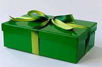 Verpacktes Geschenk in Grün