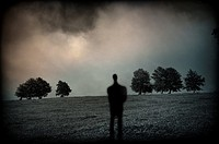 silueta de persona solitaria en un paisaje con árboles, a loner silhouette in a landscape with trees