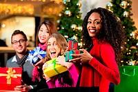 Freunde an Weihnachten in Einkaufszentrum