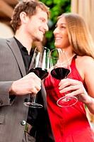 Mann und Frau trinken Rotwein im Restaurant