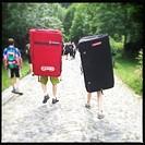 ragazzi con materassi a tracolla per la pratica del bouldering, val di mello