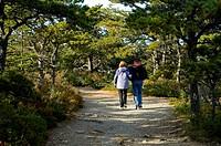 Couple on Wonderland Trail, Acadia Nat. Park, ME, JW_061_091_05p