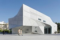Located in the center of the city´s cultural complex, the program for the Tel Aviv Museum of Art Amir Building posed an extraord