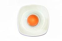 Braunes Ei im Eierbecher