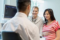 Pregnant couple having conversation with doctor (thumbnail)