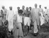 Mridulabehn Sarabai , Mahatma Gandhi , Khan Abdul Gaffar Khan and others during their visit to the riot stricken areas of Bihar , 1947 , India NO MR