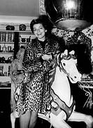 Assia, Lys * 3.3.1926, Swiss singer Aufnahme sitting in a business, approx. 1958, horse, leopard sample, fur, coat, pelzmantel, for leopard, holding t...