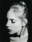 Gesicht einer Frau im Halbschatten
