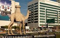 Kamelstatue mit einem Schachturm auf dem Rücken zur Erinnerung an die 27. Schacholympiade 1986 in Dubai, Vereinigte Arabische Emirate / Camel statue w...