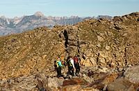 Alpinisten in einer kahlen Felslandschaft bei der Tete_Rousse Hütte im Mont Blanc Massiv, Chamonix, Hochsavoyen, französische Alpen, Frankreich / Alpi...