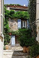 Grimaud, Altstadtgasse mit hübschen Haus und Blumen, Cote d´Azur, Provence, Südfrankreich _ Grimaud, old town lane with old house and plants, Cote d´A...