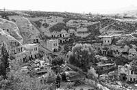 bewohnte Felsenwohnungen in Cavusin Türkei schwarz_weiss, cliff dwellings inhabited in Turkey Cavusin black and white,