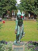 Düsseldorf, Königsallee/Graf_Adolf_Strasse, Parkanlage, Bronzefigur Die Kugelspielerin