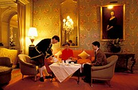 GREAT BRITAIN LONDON TRADITIONAL TEA IN THE CLARIDGE'S LOUNGE UNDER MRs CLARIDGE'S PORTRAIT ON WALL MR µµGRANDE-BRETAGNE LONDRES THE DANS LE SALON DE ...
