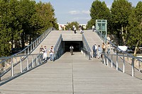 PASSERELL BERCY_TOLBIAC, PARIS, FRANCE, FEICHTINGER ARCHITECTS, EXTERIOR, DETAIL FROM CENTRE OF BRIDGE.