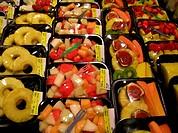 essfertiges buntes Obst in Verkaufsschalen / colourful fruits ready to eat for sale arranged on plates. - 10/11/2004