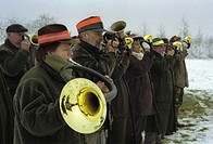 Huntsmen blowing with horns after finishing a drive. - BOLTERSEN, NIEDERSACHSEN, GERMANY, 04/01/2003