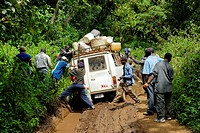 porters pushing heavy baggage loaded Minibus across a mud pool, Mount Kilimanjaro, Tanzania, Africa. - MOSHI, KILIMANJARO, TANSANIA, 24/09/2007