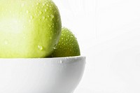 Green apples in bowl close_up