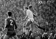 Fussball, DFB-Pokal, Viertelfinale, Saison 1967/1968, Ruhrstadion in Bochum, VfL Bochum gegen Borussia Moenchengladbach 2:0, Spielszene, Kopfballduell...