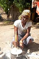 Kavango Frau bei der ubereitung des traditopnellen Maismehl-Gerichts Ugali oder Pap am Lagerfeuer im Okavango Delta, Botswana, Afrika | Kavango woman ...