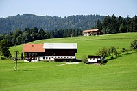 Bauernhof im Bregenzer Wald bei Langen in Oesterreich. Farm in the Bregenz Forest near Langen in Austria.  Achtung: Nur zur redaktionellen Verwendung ...