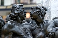 Kissing couple statue at the Hans-Sachs-Fountain, by Jürgen Weber, Weißer Turm, historic centre, Nuremberg, Middle Franconia, Franconia, Bavaria, Germ...