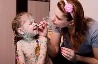 Mom smears child with chickenpox sores zelenkoj