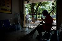 (150804) -- NANCHANG, Aug. 4, 2015 () -- A sanitation worker rests at a break room of Wuli District in Nanchang, east China's Jiangxi Province, Agu. 4...